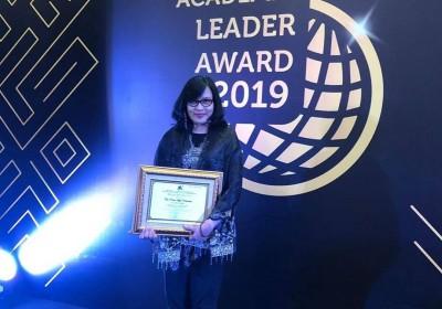 Penghargaan kepada Prof. DR. Dr. Cita Rosita Sigit Prakoeswa, Sp.KK(K), FINSDV, FAADV